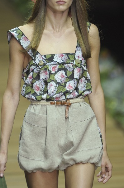 Мини юбка тюльпан светло серого оттенка с карманами от D&G 2013 с флористическим топом на бретелях D&G и босоножками